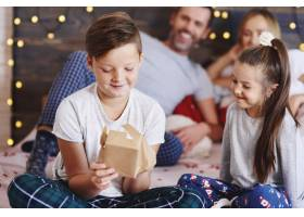 快乐的孩子们打开圣诞礼物_11756950