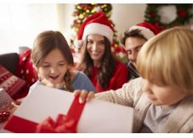 快乐的孩子们打开圣诞礼物_11820625
