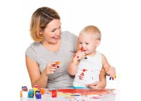快乐的孩子把孤立的母亲的脸画在白色上_10729953