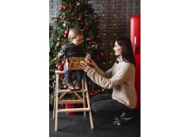 母亲教儿子如何装饰圣诞树_10850846