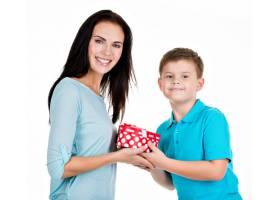 快乐的儿子给隔离在白色上的母亲送礼物_10731197