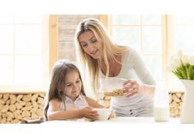 母亲给女儿送早餐麦片_10604638