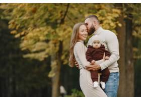 秋天公园里的一家人穿棕色毛衣的男人可_11746892