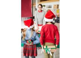 快乐的妈妈和孩子交换圣诞礼物_11263672