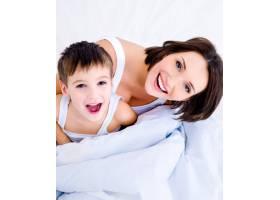 快乐的年轻母亲和她漂亮的儿子_10879416