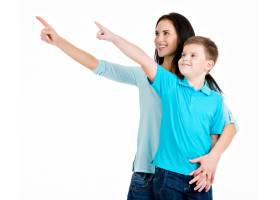 快乐的年轻母亲微笑着儿子用手指指着与_10731177
