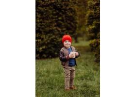 快乐的微笑着的孩子在花园里户外玩耍_11035190