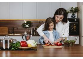 母女俩在厨房做饭的前景_11765730