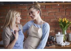 母女俩在厨房里聊天_12231371