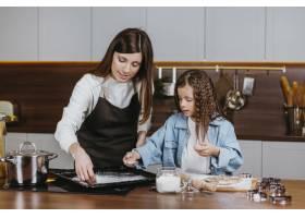 母女俩在家一起做饭_11766018