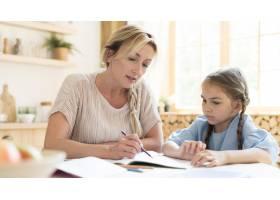 母女俩在家做作业_10604712