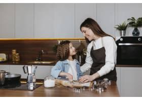 母女俩在家里的厨房里一起做饭_11766016