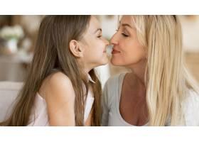 母女在家中接吻_10604659
