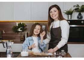 笑容满面的母女俩在厨房里一起做饭_11766014