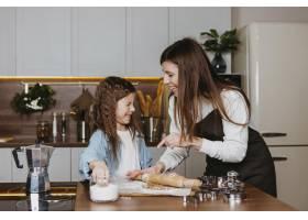 笑容满面的母女俩在家里的厨房里做饭_11766011