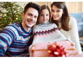 快乐的父母和孩子带着礼品盒_11821075