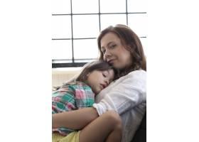 母女拥抱在一起_10446284