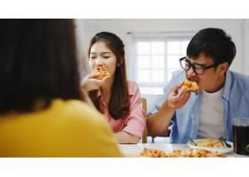 快乐的青年朋友小组在家里吃午饭亚洲家庭_10074920