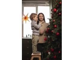 母子俩装饰圣诞树_10850807