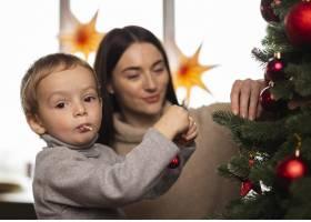 母子俩装饰圣诞树_10850888