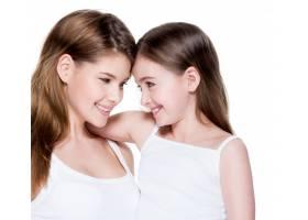 美丽幸福的年轻母亲带着8岁的小女儿在演播_11180602