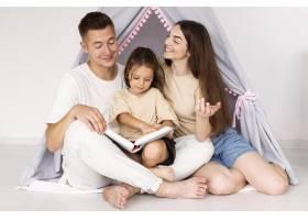 美丽的一家人在一起度过了可爱的时刻_10700465