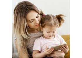 美丽的女儿和母亲在家里共度时光_12658852