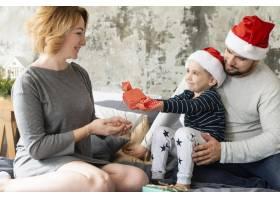 海景家庭在圣诞节团聚在一起_10892331