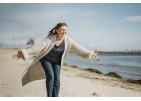 海滩上的中景快乐女子_11105709