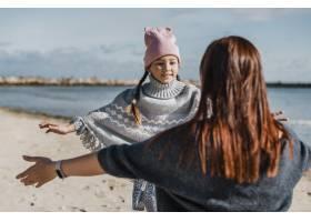 海滩上的中景母女_11105701