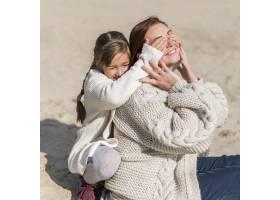 海滩上的中镜头母亲和女孩_11105710