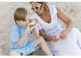 海滩上的高角小孩和奶奶_10849679