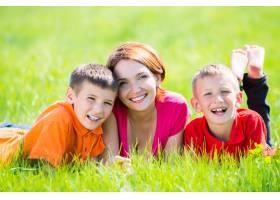 年轻快乐的妈妈带着孩子在公园里_10731099