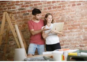年轻夫妇自己一起做公寓修缮已婚男人和女_11529714