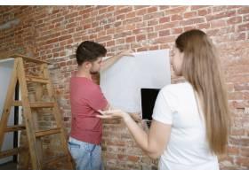 年轻夫妇自己一起做公寓修缮已婚男人和女_11529718