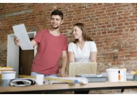 年轻夫妇自己一起做公寓修缮已婚男人和女_11529721