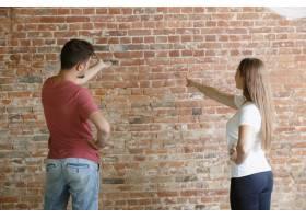 年轻夫妇自己一起做公寓修缮已婚男女正在_12701197