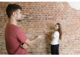 年轻夫妇自己一起做公寓修缮已婚男女正在_12701198