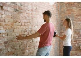 年轻夫妇自己一起做公寓修缮已婚男女正在_12701200