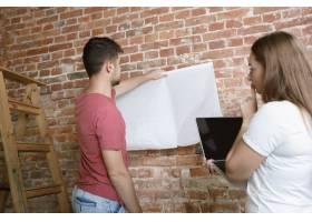 年轻夫妇自己一起做公寓修缮已婚男女正在_12701202