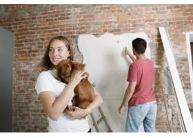 年轻夫妇自己一起做公寓修缮已婚男女正在_12701205