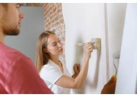 年轻夫妇自己一起做公寓修缮已婚男女正在_12701208