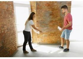 年轻夫妇自己一起做公寓修缮已婚男女正在_12701210