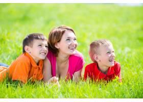年轻快乐的妈妈带着孩子在公园里_10731101