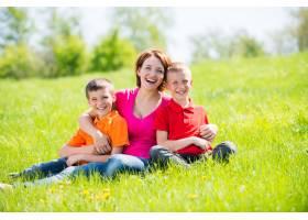 年轻快乐的妈妈带着孩子在公园里户外肖像_11577554