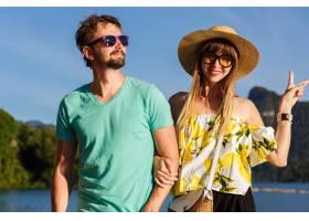 年轻清凉的情侣浪漫度假在湖边摆姿势穿着_11149841