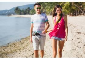 年轻漂亮的一对走在泰国的热带海滩上手牵_11083719