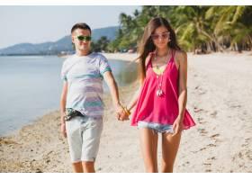 年轻漂亮的一对走在泰国的热带海滩上手牵_11083739