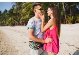 年轻漂亮的情侣走在泰国热带海滩拥抱欢_11083839