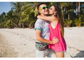 年轻漂亮的情侣走在泰国热带海滩拥抱欢_11083849